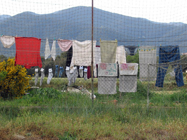 baldiri : hanging laundry : BALDIRI06042601.jpg
